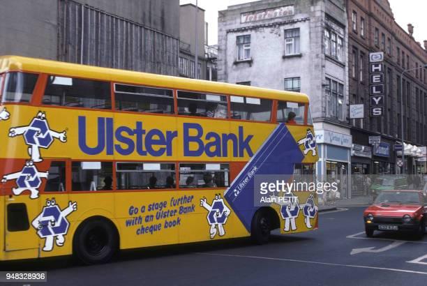 Autobus impérial dans la rue à Dublin en août 1981 Irlande