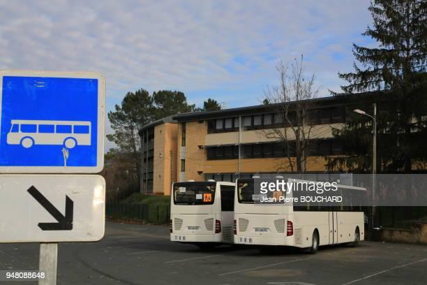 Autobus pour le transport de lycéens devant le Lycée Pré de Cordy à Sarlat enseignement général technologique et professionnel Dordogne Périgord...