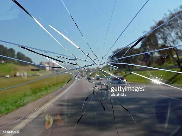 Autofahren mit gesprungener Windschutzscheibe bei eingeschraenkter Sicht