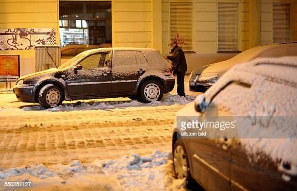 Autofahrer befreit sein Fahrzeug vor Fahrtantritt von Schnee und Eis - Berlin-Prenzlauer Berg