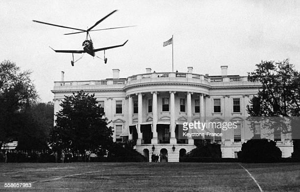 L'autogire conduit par le célèbre aviateur américain Harold Pitcairn atterrit sur la pelouse de la Maison Blanche à Washington DC EtatsUnis le 30...