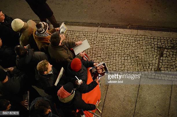 Autogrammjäger und Fans warten auf die Ankunft des Schauspielers Geoffrey rush anlässlich der 63. Internationalen Filmfestspiele in Berlin