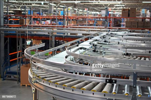 automatic conveyor belts in logistic center - metallic belt stock pictures, royalty-free photos & images