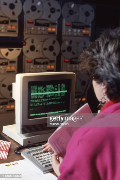 Automatisation par ordinateur dans le studio de 'Radio Décibel' à Besançon, en janvier 1987, en Franche-Comté, France.