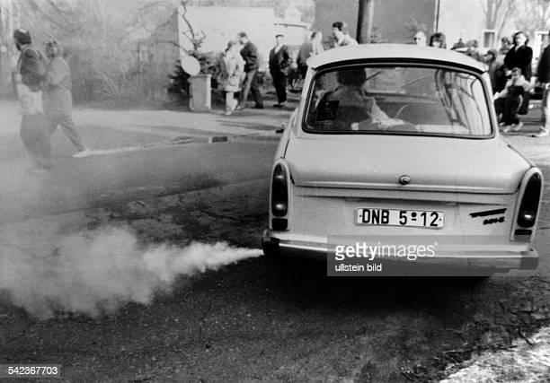 Auspuffgase eines `Trabant' 1990