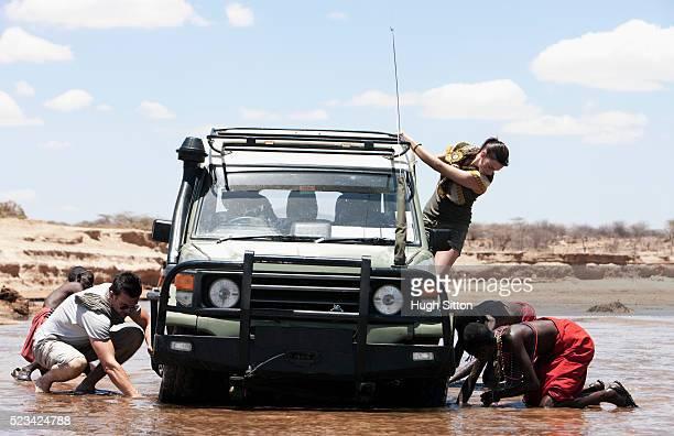 automobile stuck in water - hugh sitton 個照片及圖片檔
