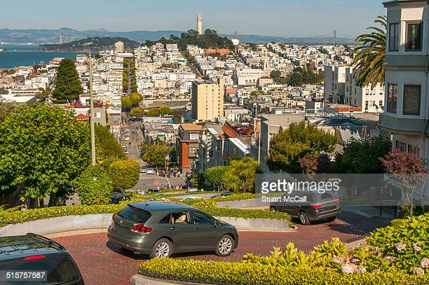 automobiles driving down lombard street hill - lombard street san francisco stock pictures, royalty-free photos & images