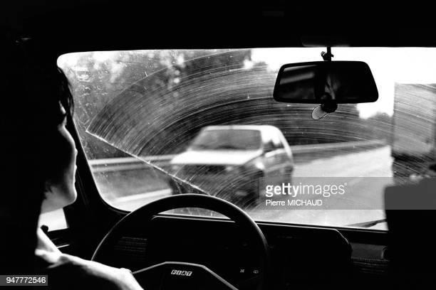 Automobiliste au volant de sa voiture en 1988 France