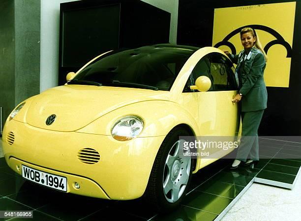 Automobilstudie 'Concept 1' von VW ein zweitüriges82 m langes Fahrzeug für vier Personen deren Karosserie an den 'VWKäfer' erinnert 1994