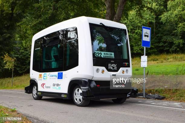 autonome bus op de bushalte - onafhankelijkheid stockfoto's en -beelden