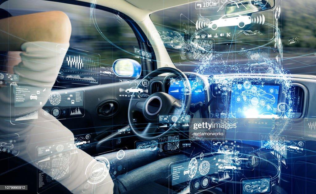Autonomes Auto-Konzept. Führerlose Fahrzeug. : Stock-Foto
