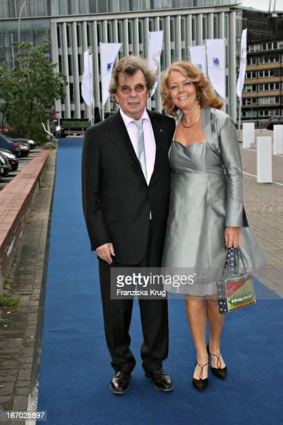 """Autor Hellmuth Karasek Und Seine Ehefrau Armgad Seegers - Karasek Bei Der Verleihung Der """"Goldenen Feder"""" In Den Hamburger Deichtorhallen Am 100507 ."""