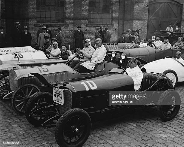 Autorennfahrer Dim Mercedes Rennwagen als Sieger imTarga Florio Rennen Aufnahme von Martin Munkacsy 1924