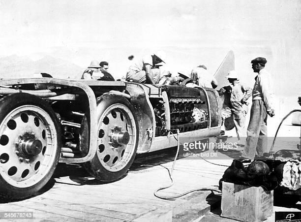 Autorennfahrer GBbeobachtet die Mechaniker bei der Arbeitan seinem Rennwagen `Blitz' mit dem erden Weltrekord von 556 km/h aufstellenwird...