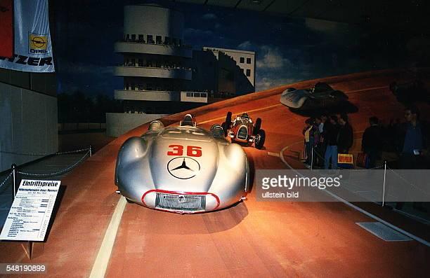 Autos Avus Attraktionen' in den Messehallen unter dem Funkturm Nachgebaute Nordkurve der AVUS mit einem Rennwagen Mercedes 'Silberpfeil' Oktober 1994