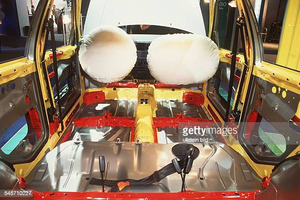 `Autos Avus Attraktionen' in denMessehallen am Funkturm Airbags im neuen Modell `Polo` von VW Oktober 1994