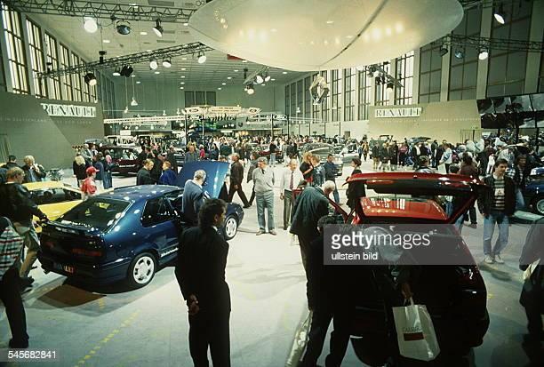 `Autos Avus Attraktionen' in denMessehallen am Funkturm Blick in eine der Messehallen Oktober 1992