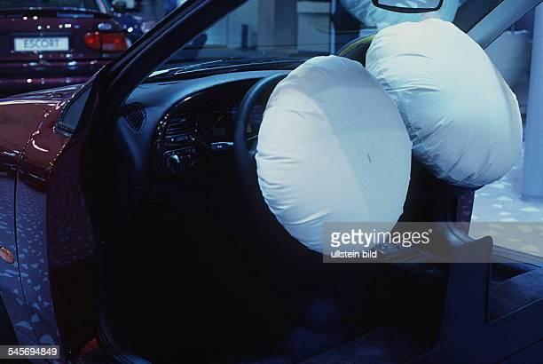 `Autos Avus Attraktionen' in denMessehallen am Funkturm Fahrer undBeifahrer Airbag im Ford Scorpio Oktober 1994