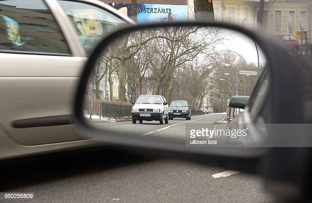 Autos im Rückspiegel eines PKW