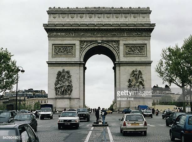 Autos im Straßenverkehr am Arc de Troimphe / Triumpfbogen in Paris. .