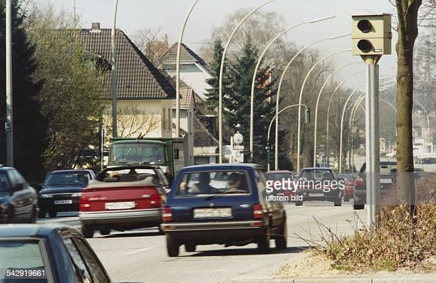 Autos passieren eine Blitzanlage mit Radarüberwachung in Hamburg an der Osdorfer Landstraße. Kameraüberwachung; Radarkontrolle; Straßenverkehr;...
