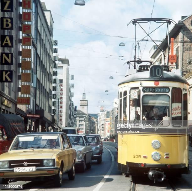 Autos und eine Straßenbahn der Linie 10, die zum Killesberg fährt, auf der oberen Königsstraße in Stuttgart. .