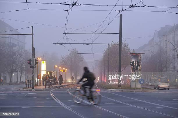 Autoverkehr in Berlin bei Dunkelheit und schlechter Sicht in an der Kreuzung Danziger Straße / Prenzlauer Allee in Berlin-Prenzlauer Berg