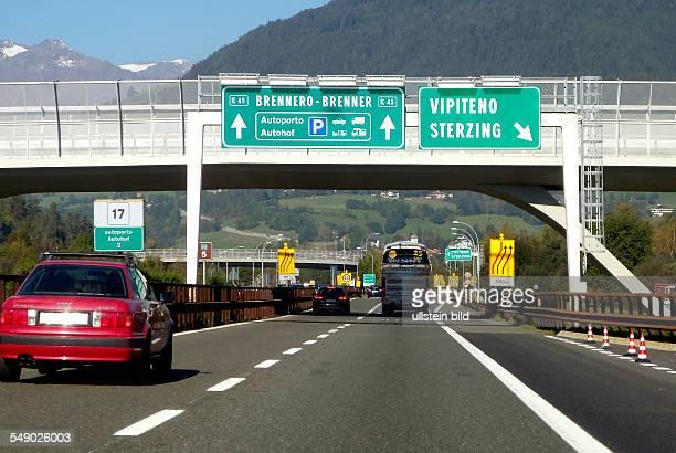 Autoverkehr vor der italienischen Mautstelle auf der Europastrasse E 45 am Brenner bei Sterzing.