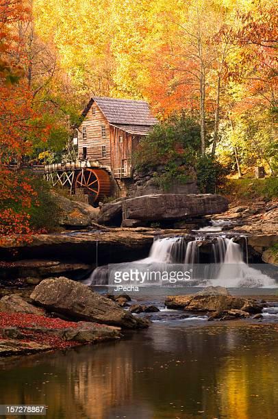 autunno al torrente di radura mill cascata di pace colorato - mulino ad acqua foto e immagini stock