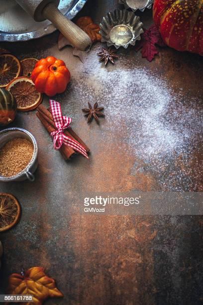 ナッツ、スパイス、砂糖漬けのオレンジと秋の背景