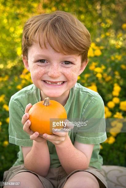 otoño hijo, niño & producto local, halloween con calabaza jardín de flores - personas sin dientes fotografías e imágenes de stock