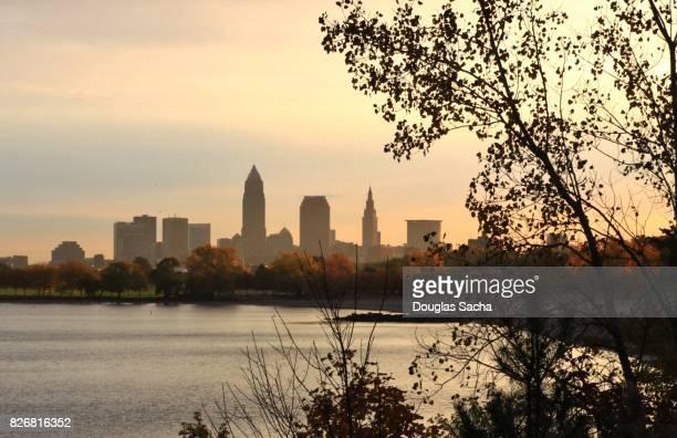 autumn colors along the cleveland skyline - cleveland ohio stock-fotos und bilder