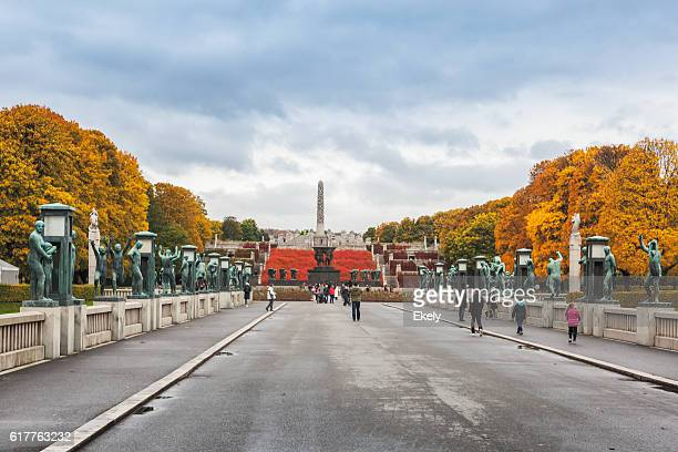 autumn colors in gustav vigeland park  with the monolith sculpture. - gustav vigeland sculpture park stock pictures, royalty-free photos & images