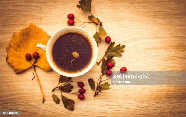 秋の組成、コーヒー、秋の葉のカップ