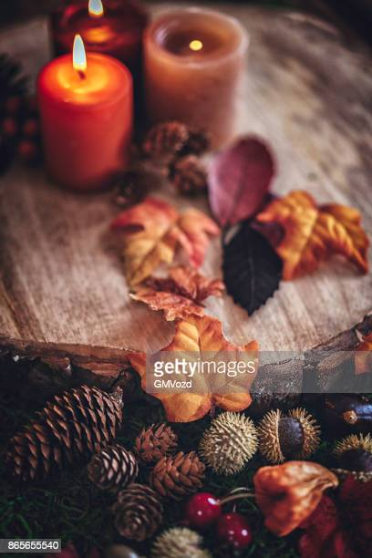 herbst dekoration-hintergrund mit kerzen, kürbisse, blätter und nüssen - november stock-fotos und bilder