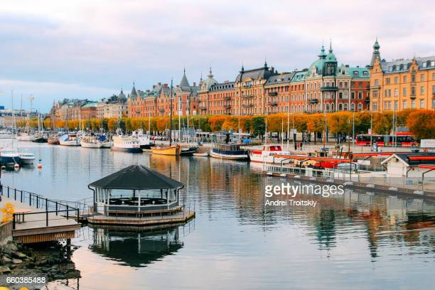 autumn evening as seen from the bridge to djurgarden, stockholm, sweden - stockholm stock-fotos und bilder