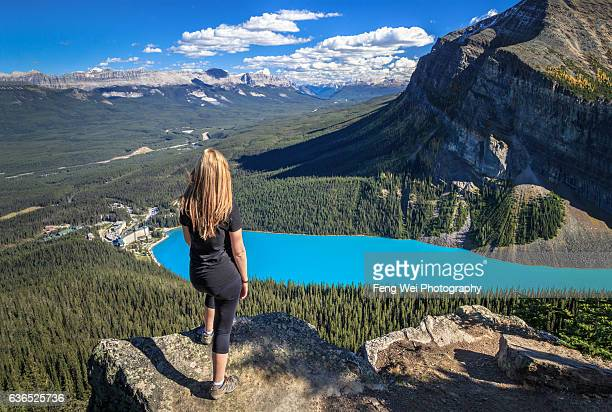 autumn hike in rocky mountains, little beehive, lake louise, banff national park, alberta, canada - chateau lake louise - fotografias e filmes do acervo