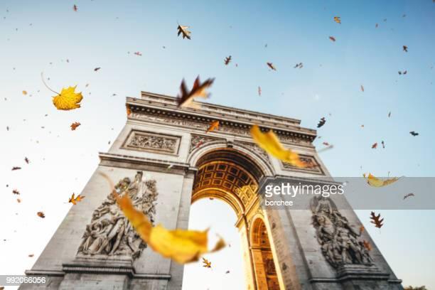 パリの秋 - パリ凱旋門 ストックフォトと画像