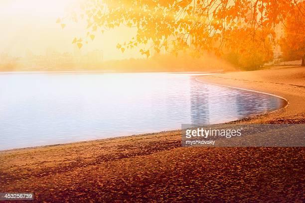 秋の夕暮れの湖