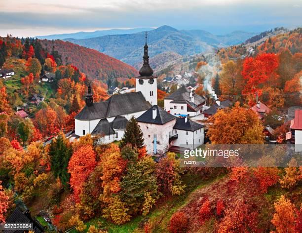 ドリーナ スロバキア側 spania の秋景色 - スロバキア ストックフォトと画像