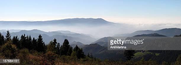 Herbstliche Landschaft mit Nebel des Black Forest (Deutschland