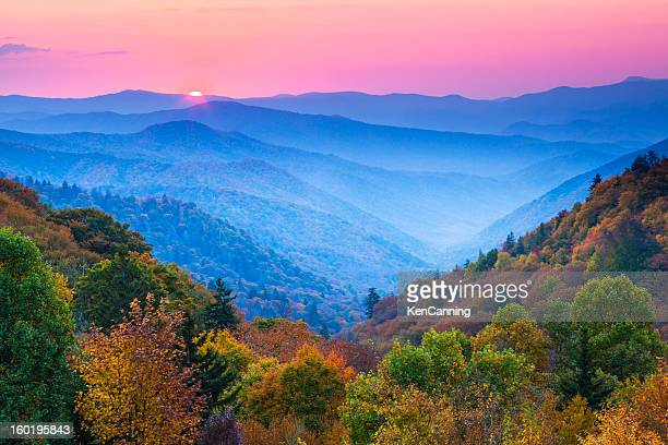 outono ao nascer do sol de montanha - parque nacional das great smoky mountains - fotografias e filmes do acervo