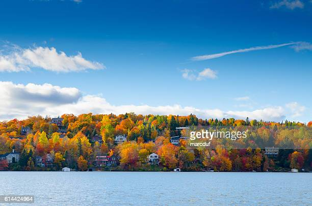 autumn mountain with lake - canada imagens e fotografias de stock