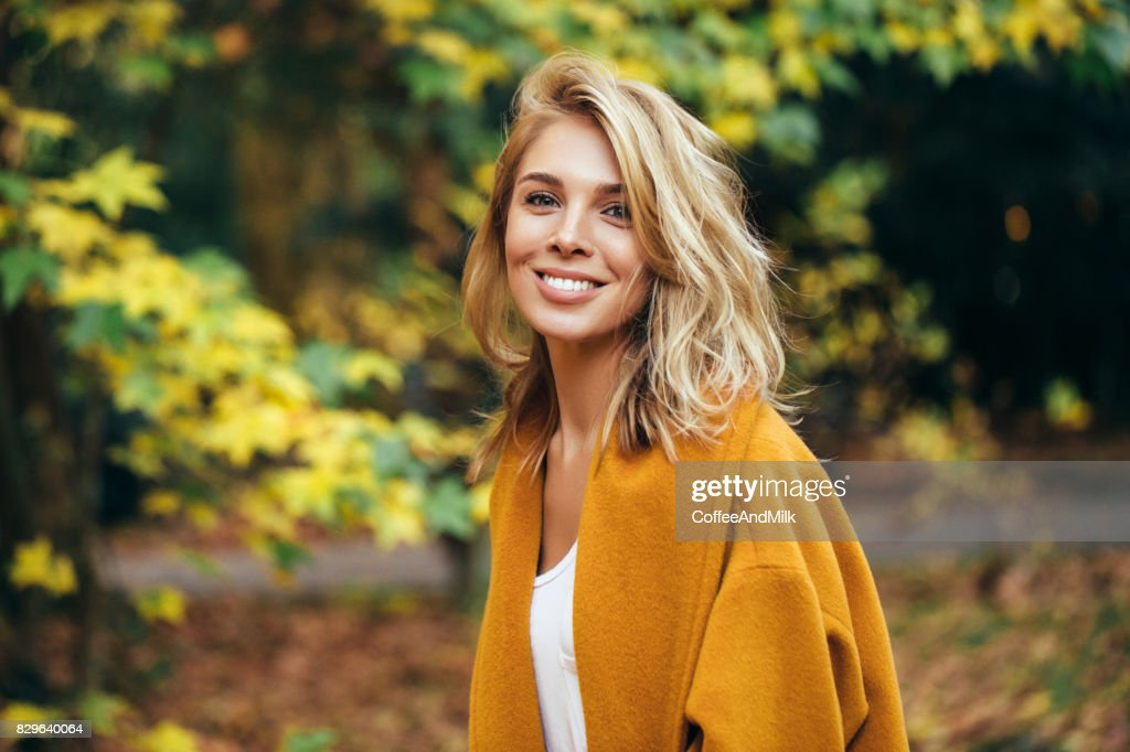 Outono fotografia de uma menina bonita : Foto de stock