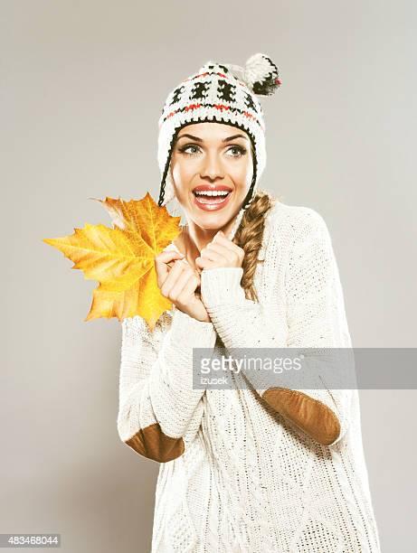 Herbst portrait von fröhlich blonden Haare Junge Frau holding Blatt