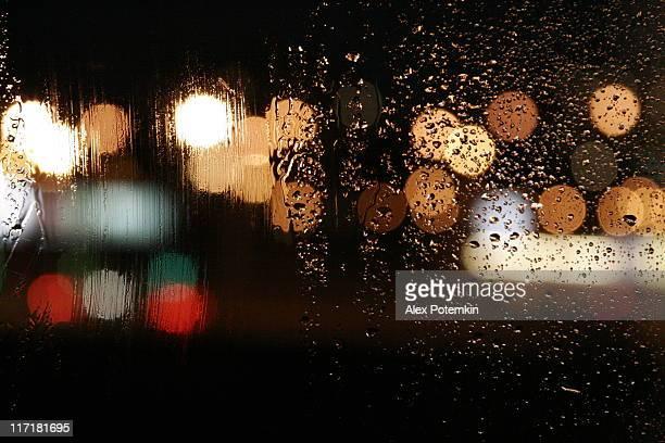 Herbst Regen. Herbst, wet-Nacht Fenster mit abstrakter Hintergrund