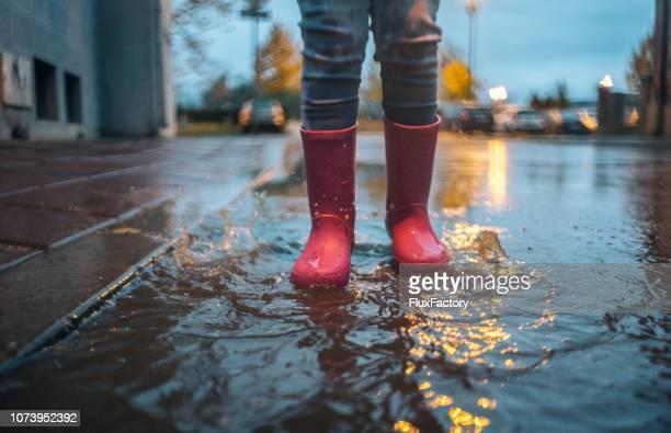 chuva de outono - bota - fotografias e filmes do acervo