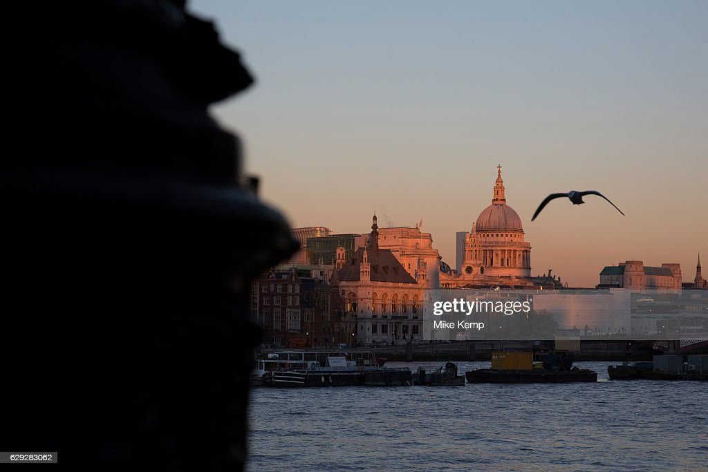 St Paul's Cathedral From South Bank In London : Nachrichtenfoto