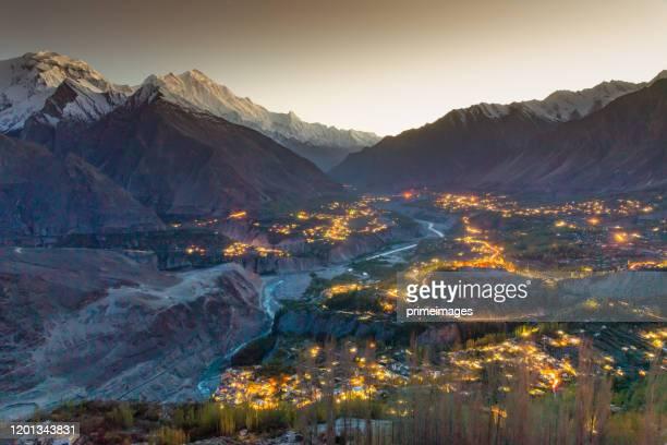 het landschap van de herfst in pakistan - pakistan stockfoto's en -beelden
