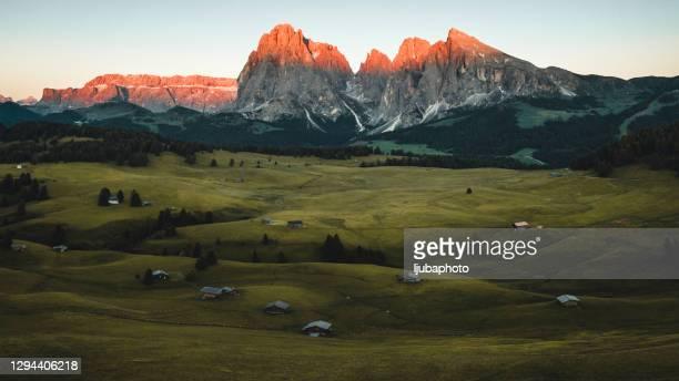 pôr do sol de outono no vale alpino - planalto - fotografias e filmes do acervo